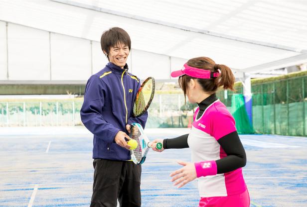 テニスを思い切り楽しみたい、そんな大人のためのテニススクール
