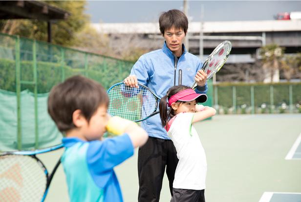 テニスの基礎からしっかりと指導、試合に出られる選手を育成します